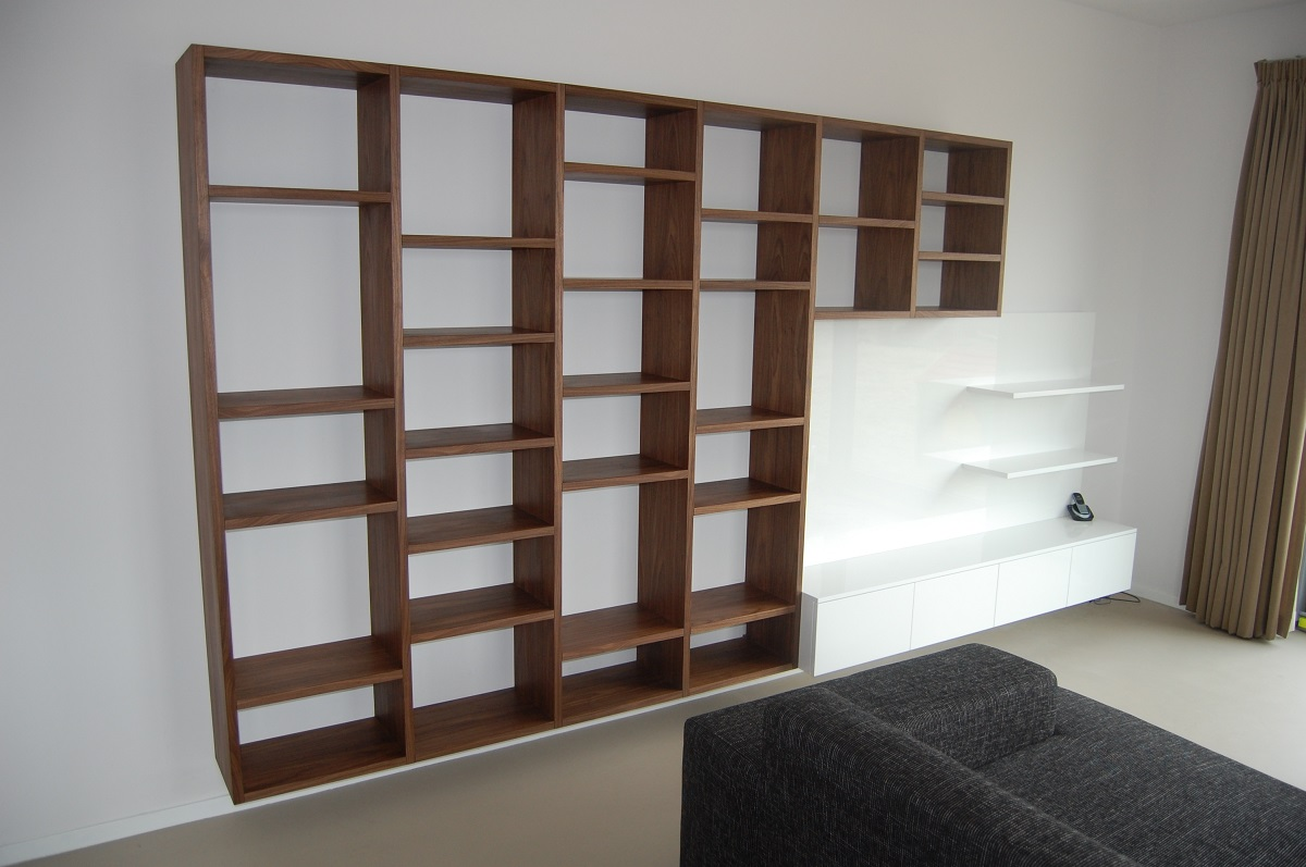 Boekenkast/tv meubel van Notenhout en hoogglans spuitwerk