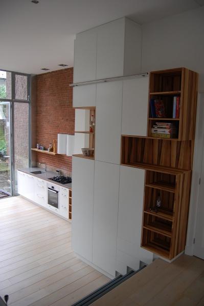 keuken van wit spuitwerk en redgum hout